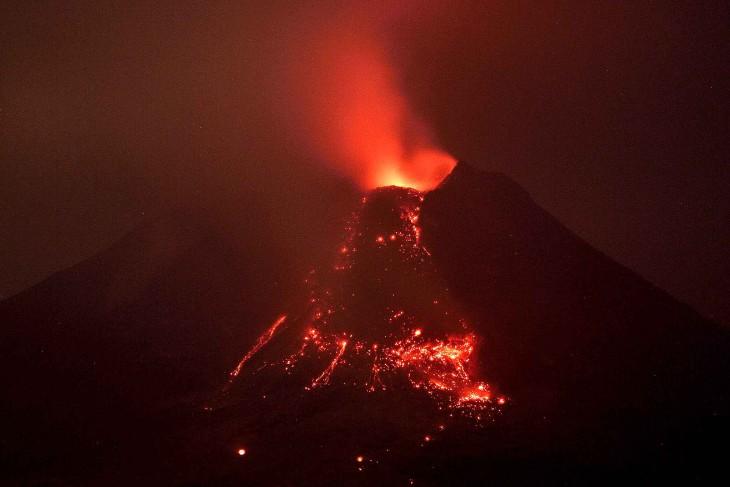 Dessin D Une Maison : Coloriage volcan en éruption à imprimer