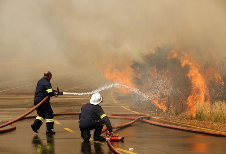 Pompier eteint feu
